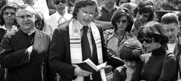 D. Paulo no sepultamento de Vlado (Vladimir Herzog - jornalista assassinado  no DOI CODI)